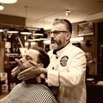 """Roberto Nicolaci bei der Pflege eines Vollbartes in seinem Salon """"Barbiere da Roberto"""""""