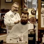 """Roberto Nicolaci bei der Arbeit in seinem Salon """"Barbiere da Roberto"""""""