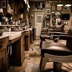 """Oldschool-Ledersitze, Retro-Waschbecken, traditionelle Klapp- Rasiermesser – Roberto Nicolacis """"Barbiere da Roberto"""" gehört zu den angesagtesten Barber-Shops der Region. Im April zieht er aus Beuel auf die andere Rheinseite – an den Stiftsplatz."""