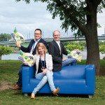 """Karneval """"DIE Messe"""": Jeckes METRO-Team auf der berühmten blauen SWB-Couch: Cheforganisator Lutz Persch (li.) mit Oliver Spilger und Janina Sachse."""