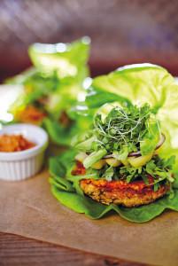 Die Jagd nach einem leckeren Veggie-Burger nimmt kein Ende, denn es gibt so viele gesunde Flocken und Gemüse. Dieser basiert auf braunem Reis und Kichererbsen, die zugleich eine tolle Proteinquelle sind.