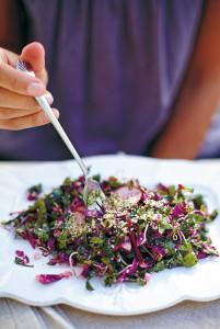 Ein farbenfroher und einfacher Salat aus reinigenden und nährstoffreichen Zutaten. Das Dressing verleiht ihm den letzten Schliff.
