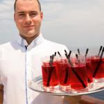 Auf jedem Sonnendeck werden kleine Erfrischungen für die Sonnenhungrigen angeboten für die Gäste der MS EUROPA 2