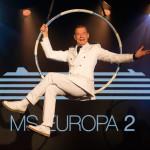 Kreuzfahrtdirektor David Wilms hat im Showbusiness bereits Karriere gemacht und sorgt nun für ein ausgewogenes Gästeprogramm auf der MS EUROPA 2