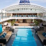 Optisches Highlight und Einladung der MS EUROPA 2 zum Relaxen ist der gigantische Pool mit 15 Metern Länge und einem ausfahrbaren Glasdach