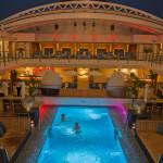 Auch bei Nacht ist der Pool auf Deck 9 der MS EUROPA 2 ein beliebter Treff punkt, bietet er doch die Mög-lichkeit, sich zwischen zwei Drinks abzukühlen