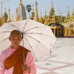 MS EUROPA 2: Auf dem Pfad der Erleuchtung ist für die buddhistischen Pilgerinnen ein Besuch der berühmten Tempelanlage rund um die Shwedagon-Pagode ein Muss.