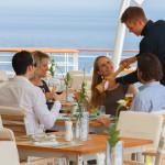 Besonders auf den subtropischen Reiserouten ist man dankbar für eine kühlende Brise beim Abendessen auf der Terrasse des Yacht Clubs der MS EUROPA 2