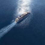 Da fährt sie hin und folgt ihrer Bestimmung: MS EUROPA 2, das wohl luxuriöseste Kreuzfahrtschiff der Welt. Statt vieler Worte off enbart die Vogelperspektive das große Glück der Freiheit, das dieses Schiff in so vieler Hinsicht bietet