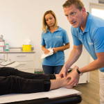 Eine starke Prellung und Dehnung des Fußes diagnostiziert Dr. Wilsenack bei Dominik