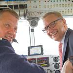 """Ein Ausflug mit besonderen Ein- und Ausblicken: Pilot Frank Luderer fasziniert mit seiner Arbeit im Cockpit beim Rundflug mit Volker Behr den obersten """"Steuermann"""" der Sparkasse Essen"""