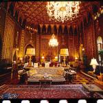 Pures Gold an den Wänden und an der Decke im Wohnzimmer von Trumps Märchenschloss Mar-a-Lago. Dazu eine Raumhöhe, die Ralf Schultheiß immer an ein Kirchenschiff denken lässt.