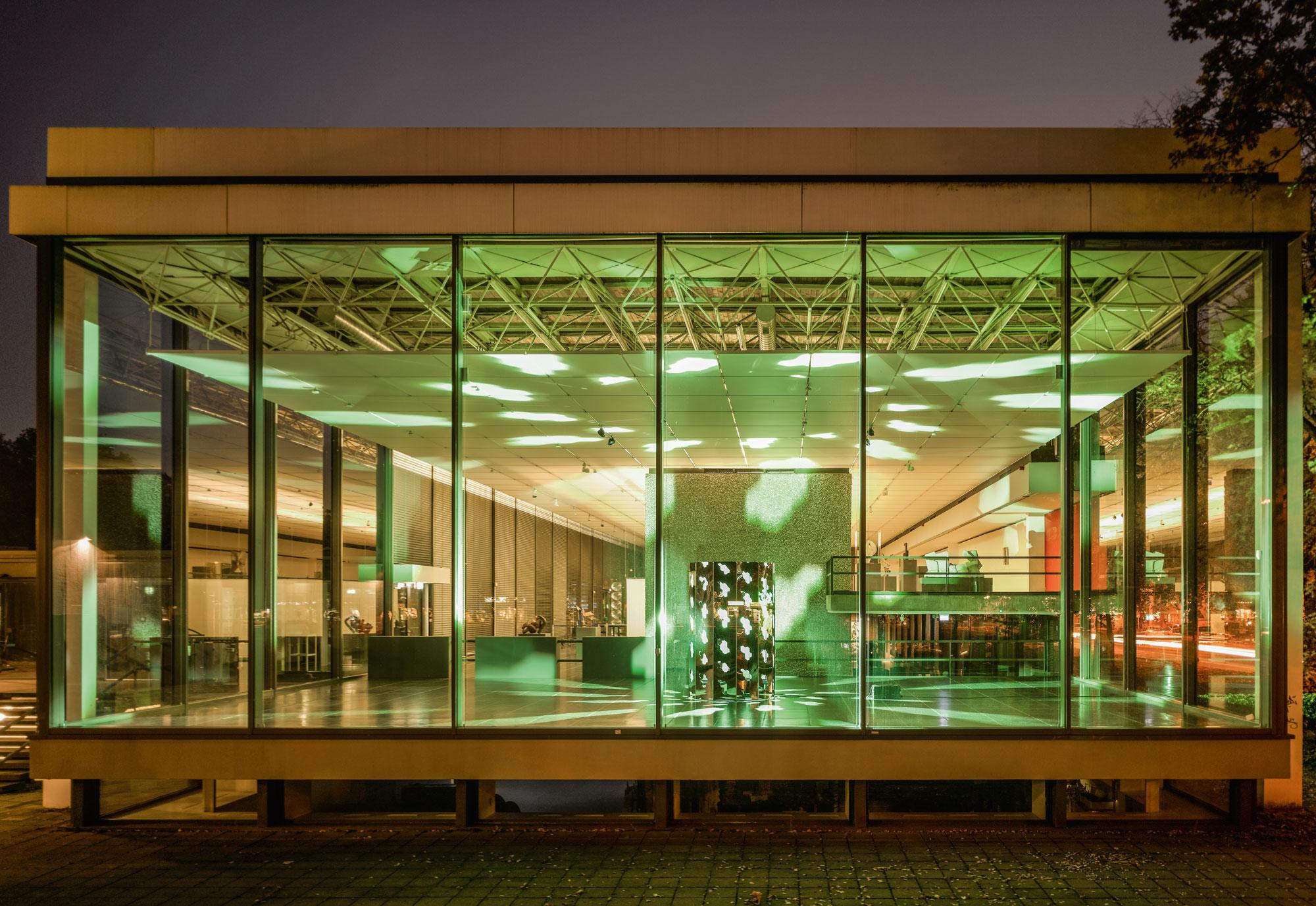 """Wilhelm Lehmbruck: Lichtinstallation """"rota"""" von Carsten Nicolai in der Glashalle"""