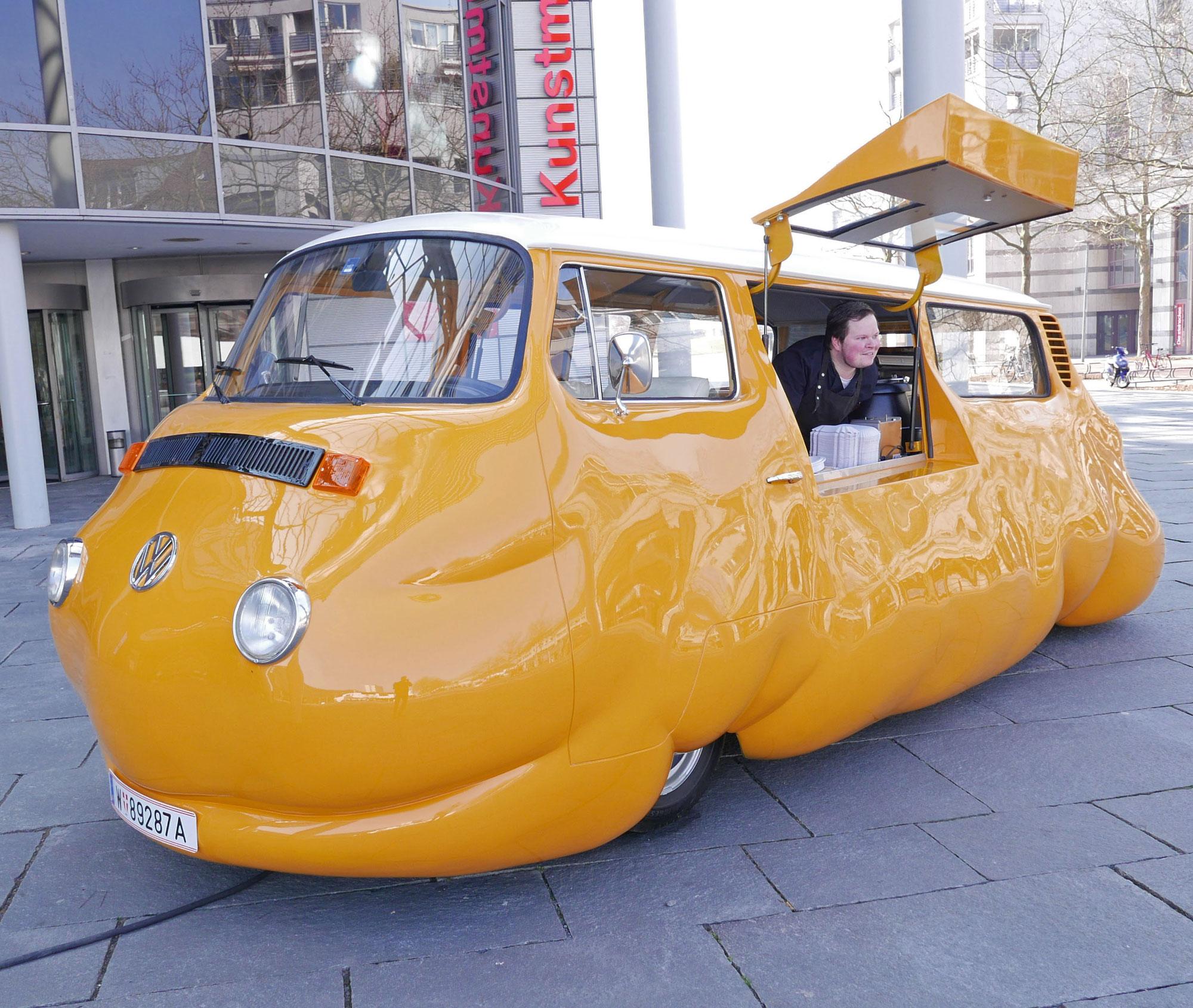 Wilhelm Lehmbruck: Erwin Wurm, Curry Bus, 2015, styrofoam, polyure- than, bus, © Erwin Wurm / VG Bild-Kunst, Bonn 2017
