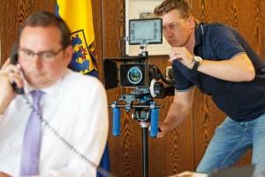 Mit seiner Kamera schaut Ingo Musial Essens OB Thomas Kufen bei der Arbeit über die Schulter