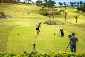 Auf Teneriffa testet die bekannte Golf-Bloggerin Anja-Katharina Baudeck (lifestylegolfclub) die Golfanlage unter Palmen. Ingo Musial ist mit seiner Kamera für einen Imagefilm dabei.