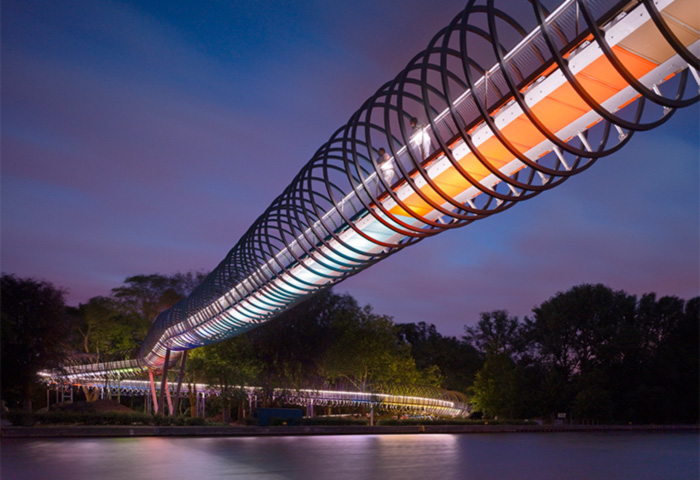 "Beliebtes Fotomotiv: die spektakuläre Kanalbrücke ""Slinky springs to Fame"""