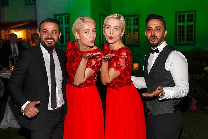 Modemacher und Beauties: Die Meisezwillinge und die Modeschöpfer Jwan (li.) und Mahmood Al Salim beim exklusiven Empfang auf Schloss Wocklum