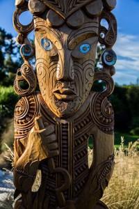 Maorikunst aus Treibhölzern ziert das Anwesen der Donaldsons und erinnert an die Ureinwohner Neuseelands