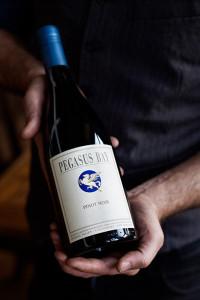 Zwölf verschiedene Traubenklone sind Pate für den Pegasus Bay Estate Pinot Noir, der nach 18 Monaten im Fass noch mindestens ein Jahr in der Flasche reift.