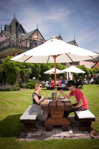 Fabelhafte Weine und Gourmetküche in den malerischen Gärten der Winzerei Pegasus Bay sind der Auftakt für einen perfekten Sommerausflug