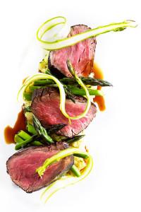 In Cabernet gebeiztes Pegasus Spring-Beef mit neuen Kartoffeln, grünem Spargel und Jus von Sternanis