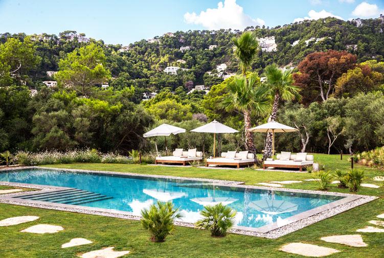 Entspannung pur am Pool des exklusiven Pleta de Mar mit wundervollem Blick in die mallorcinische Bergwelt