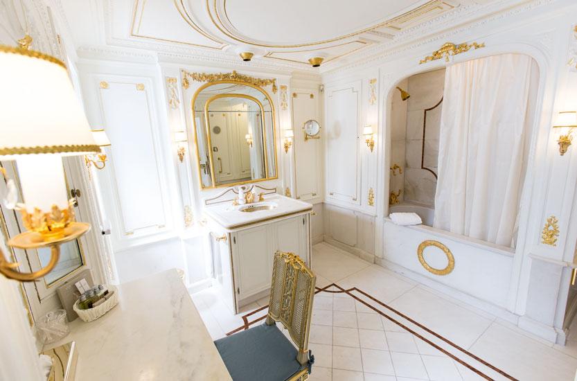 Das Original Schlafzimmer Von Lady Marjorie. Ein Traum In Creme, Rosa,  Hellblau Und Gold.