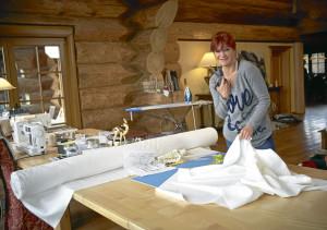 Dörfle Kleinaspach: Andrea Berg beim Nähen im Dörfle