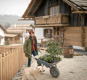 Dörfle Kleinaspach: Andrea Berg beim Pflanzen auf dem Grundstück vom Dörfle