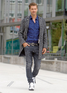 Outfits für den Herbst: Trench: Dsquared2 1399€ Hemd: Kenzo 179€ Gürtel: Dsquared2 249€ Jeans: Dqsuared 489€ Schuhe: Dsquared2 319€