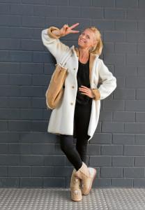Outfits für den Herbst: Curly-Lammfellmantel: € 2100,– Tasche: € 850,–
