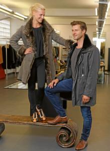 Outfits für den Herbst: Frau: Toskana- Lammmantel: € 2100,– Mann: Jacke mit Samtnutriafutter: € 2800,–
