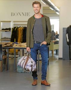 Outfits für den Herbst: Straußen - Lederschuhe: € 700,– Lammfell - Reisetasche: € 850,–