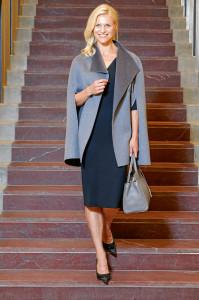Outfits für den Herbst: Kleid: Victoria Beckham € 1750,– Schuhe: Dior € 540,– Cape: Joseph € 769,99 Tasche: Yves Saint Laurent € 1690,–