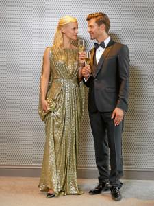 Outfits für den Herbst: Kleid: Talbot Runhof €1398,– Clutch: Bottega Veneta € 1800,– Schuhe: Prada €470,– Smoking: Dolce & Gabbana €1950,– Hemd: Dolce & Gabbana € 395,– Fliege: Dolce&Gabbana € 135,– Schuhe: Schuhe und Handwerk München €279,99