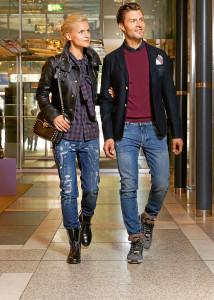Outfits für den Herbst: Frau: Tasche: Valentino €1680,– Lederjacke: Alexander McQueen €2995,– Bluse: Dsquared2 € 430,– Jeans: Dolce & Gabbana € 495,– Schuhe: Casadei € 990,– Mann: Hemd: Z Zegna €179,99 Pullover: Z Zegna € 249,99 Sakko: Gucci € 1250,– Jeans: Dolce & Gabbana € 345,– Schuhe: Dsquared2 € 315,–