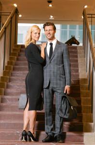 Outfits für den Herbst: Mann: Hemd: Gucci € 275,– Krawatte: Gucci € 145,– Anzug: Gucci € 1390,– Tasche: Gucci € 2990,– Schuhe: Prada € 490,–