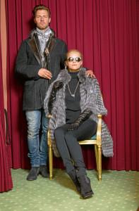 Outfits für den Herbst: Frau: Silberfuchscapejacke Natur € 2.150,– Mann: Merinolamm Herrenjacke € 2.790.–