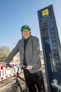 Der Radfahrer Peter Pätzold vor der Radfahrzählanlage