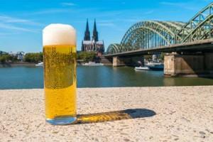 Obergärig, süffig und das einzige deutsche Bier, das nur in seiner Heimatstadt gebraut werden darf. Kölsch ist das kulinarische Kölner Wahrzeichen.
